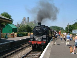 steam_train_corfe_castle_station_1